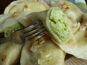 Pierogi brokułowo-ziemniaczane zricottą imłodym jęczmieniem