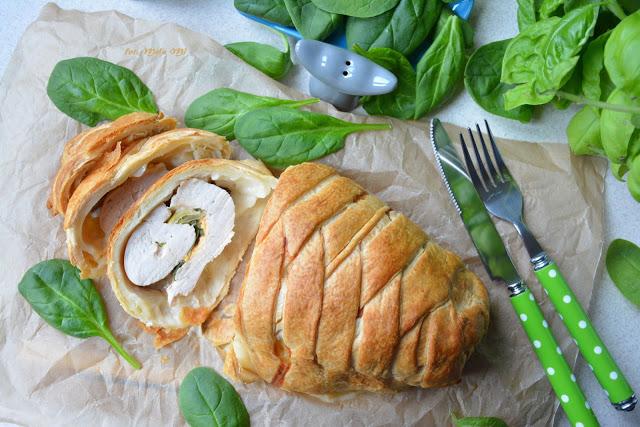 Pierś zindyka zeszpinakiem ipaprykowym serem wcieście francuskim, indyk wcieście francuskim, mięso wcieście francuskim