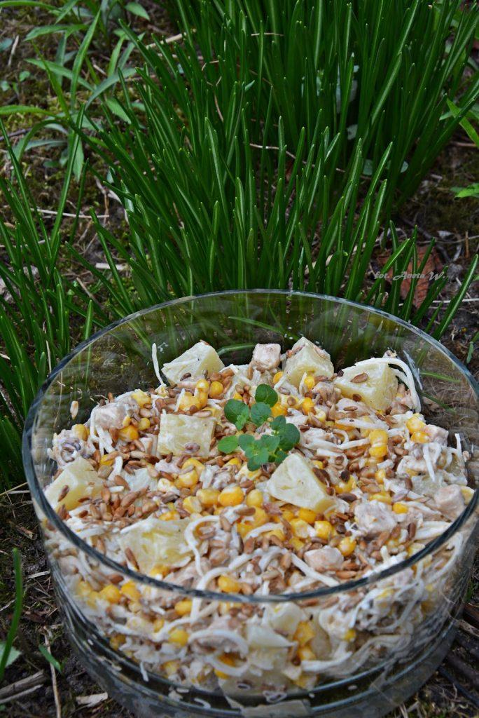 Sałatka zkurczakiem, ananasem iprażonym słonecznikiem, sałatka imprezowa