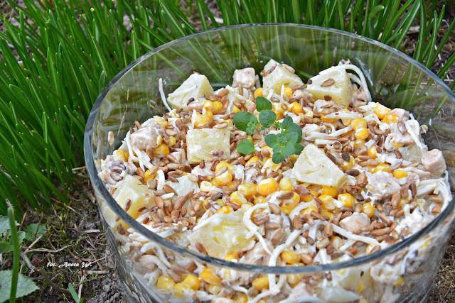 Sałatka z kurczakiem, ananasem i prażonym słonecznikiem, sałatka imprezowa, szybka sałatka, sałatka na słodko