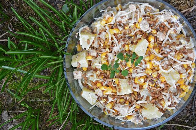 Sałatka zkurczakiem, ananasem iprażonym słonecznikiem, sałatka imprezowa, sałatka zananasem