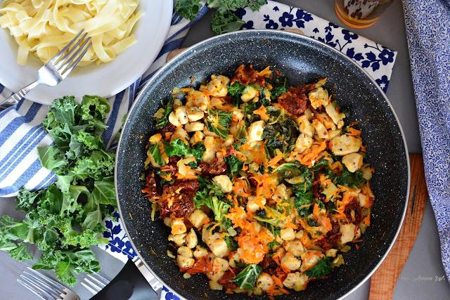 Kurczak z jarmużem, mozarellą i suszonymi pomidorami