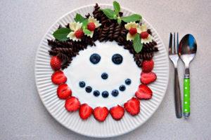 Makaronowo-jogurtowa buzia z owocami, makaron dla dzieci