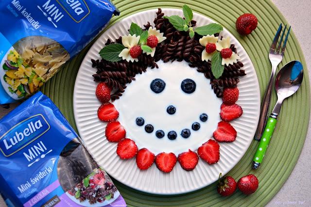 Makaronowo-jogurtowa buzia zowocami, makaron dla dzieci