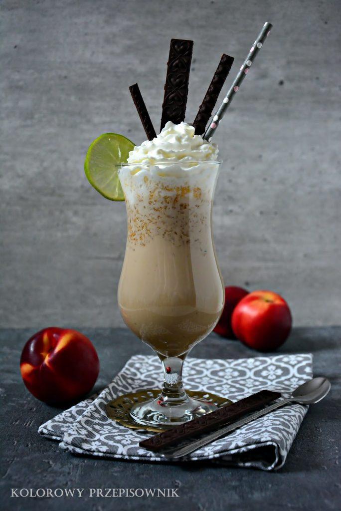 Koktajl kawowo-nektarynkowy, koktajl bez blendera, kawa nektarynkowa