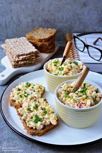Pasta jajeczna zwędzonym twarogiem irzodkiewką, pasta śniadaniowa, pasta kanapkowa