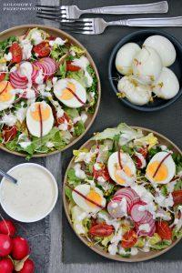 Sałatka wiosenna z jajkiem i sosem chrzanowym, sałatka z rzodkiewką, sałatka na Wielkanoc - Kolorowy Przepisownik