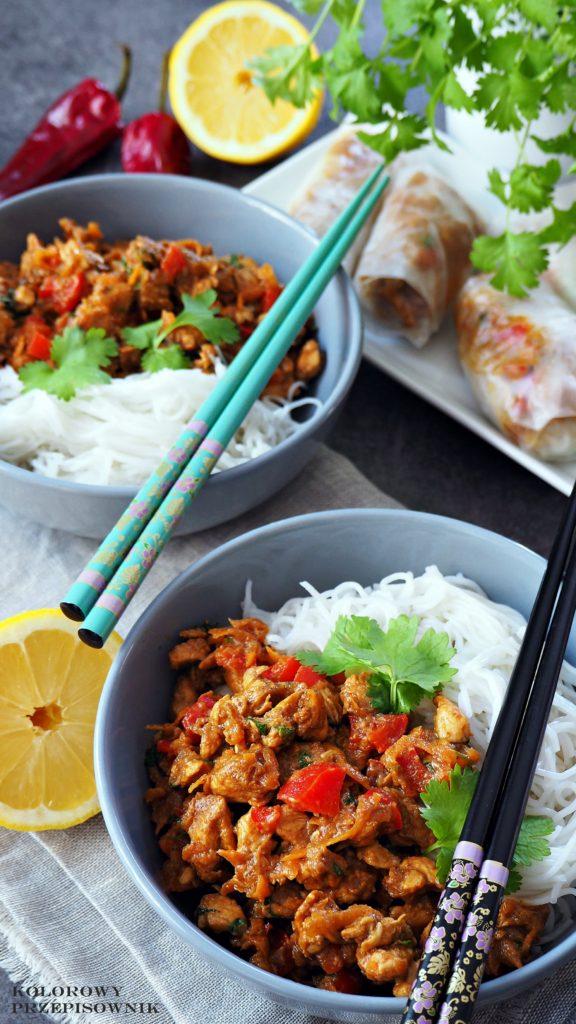 Kurczak wsosie czosnkowo-imbirowym, kurczak zmakaronem ryżowym, danie orientalne, kurczak orientalny, kuchnia orientalna - Kolorowy Przepisownik