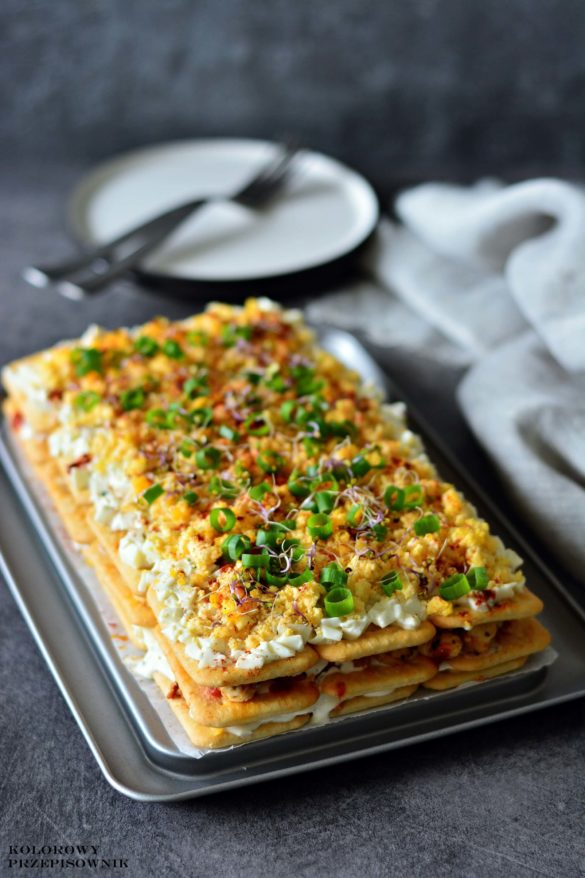 Salatka na krakersach z kurczakiem i mozzarella, salatka warstwowa na krakersach, salatka na krakersach, salatka z kurczakiem - Kolorowy Przepisownik
