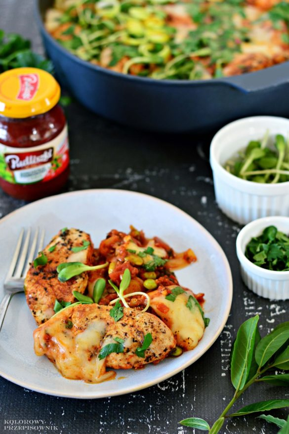 Indyk z warzywami w sosie pomidorowym pod mozzarella, piers z indyka w sosie, comfort food, przepis na szybki obiad, piers z indyka z warzywami - Kolorowy Przepisownik, sprawdzone przepisy