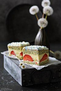 Ciasto makowe z truskawkami, makowa panienka, biszkopt makowy, ciasto z truskawkami, ciasto z kremem budyniowym - Kolorowy Przepisownik, sprawdzone przepisy