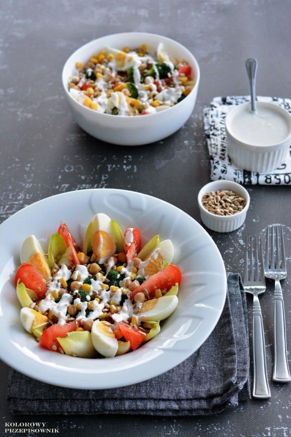 Salatka brokulowa z jajkiem, salatka z brokulem, jajkiem i pomidorem, szybka salatka z brokulem, salatka na lunch, salatka na kolacje - Kolorowy Przepisownik, sprawdzone przepisy